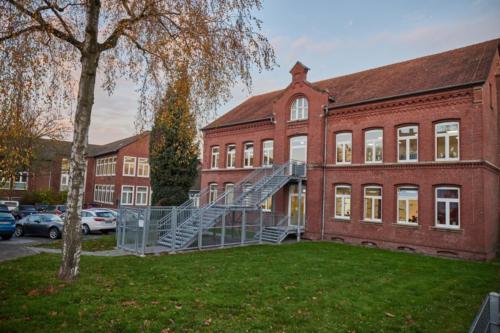 Das Schulgebäude: schöner historischer Altbau und eindrucksvoller Treppe in den 1. Stock und der Neubau